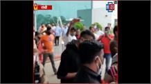 Dhoni के Birthday का जश्न मनाने भाई-भाभी के साथ रांची पहुंचे Hardik Pandya
