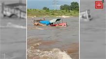 नदी के तेज बहाव से फसा ट्रैक्टर, बह गईं हजारों स्कूली किताब
