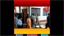 समीक्षा बैठक के दौरान CM योगी ने अधिकारियों की जमकर लगाई क्लास, कहा- तय समय पर पूरी हो सभी योजनाएं