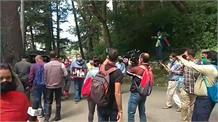 Live: शहीद अनील चौहान के परिजन कीर्ति चक्र वापिस करने पहुंचे राजभवन