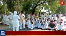 किसानों ने दादरी-कनीना रोड किया जाम, वहीं बैठकर सरकार के खिलाफ कर रहे हैं नारेबाजी