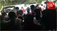 Live: ढ़ोल नगाड़ों की थाप पर हो रहा कांग्रेस प्रभारी राजीव शुक्ला का स्वागत