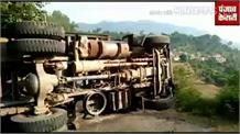 स्वारघाट में Accident, Road पर पड़े पत्थर हटाने को उतरा Driver, ट्रक Back होकर पलट गया
