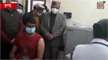 देखिए... कुल्लू में विक्रम ठाकुर को लगा कोरोना का पहला टीका