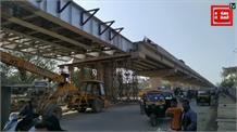 मौते को दावत देती जिम्मेदारों की लापरवाही! निर्माणाधीन पुल के नीचे दौड़ रही गाड़ीं, चल रही दुकानें