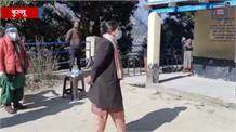 देखिए... जब कुल्लू में अचानक मतदान केंद्र का जायजा लेने पहुंच गईं DC साहिबा