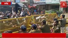 गिरफ्तारी के बाद कांग्रेसियों ने पुलिस थाने में सजा ली भजन मंडली। दल बदलने वाले नेता का अनोखा विरोध...