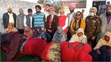 पंजाब केसरी समूह लगातार निभा रहा सामाजिक सरोकार, अरनिया में जरूरतमंद लोगों में बांटी राहत सामग्री
