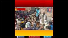 गाजियाबाद में उग्र हुई भीड़: बच्चा चोरी के आरोपी में 3 महिलाओं को जमकर पीटा, पुलिस पर भी किया पथराव