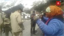 रोहतांग टनल के पास पुलिस से भिड़ी महिलाएं, बोलीं- इनकी Video बनाओ हम पर डंडा उठा रहे