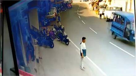 बस ने बाइक चालक को कुचला, दर्दनाक हादसा CCTV में कैद