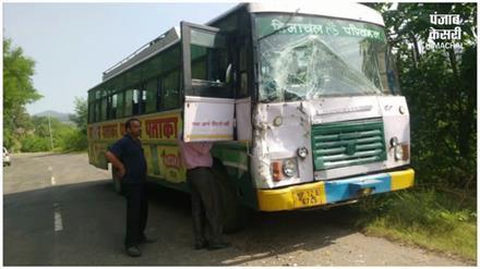 नालागढ़ में HRTC बस ने सिलेंडर से भरे ट्रक को मारी टक्कर, चालक सहित 8 घायल