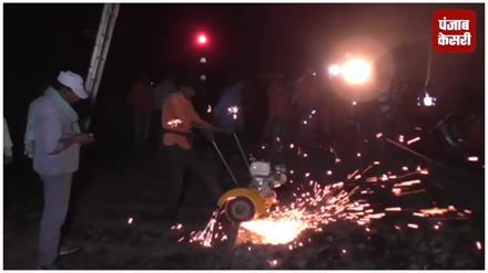 नक्सलियों ने बम से उड़ाया रेलवे ट्रैक, एक दर्जन ट्रेन हुई प्रभावित