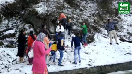 शिमला में सीजन की पहली बर्फबारी का लुत्फ उठाते दिखे सैलानी