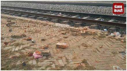 दरवाजे बंद होने की वजह से ट्रेन पर नहीं चढ़ पाए यात्री, गुस्साए लोगों ने किया पथराव