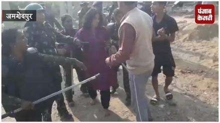 अतिक्रमण हटाने गए पुलिसकर्मियों से लोगों की झड़प, जमकर चले लाठी डंडे