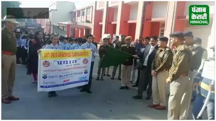 नशे को जड़ से खत्म करने के लिए पुलिस ने स्कूली बच्चों के साथ निकाली रैली