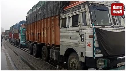 बर्फबारी के चलते जम्मू-श्रीनगर NH यातायात के लिए बंद, वाहन चालक परेशान