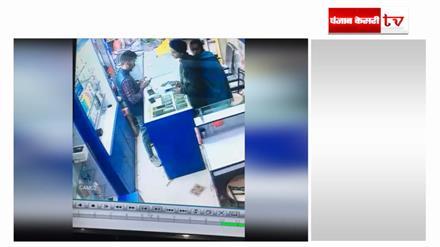 शो रूम से मोबाइल चोरी करती महिला वीडियो में कैद