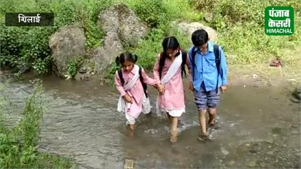 पहाड़ में स्कूली बच्चों के सामने चुनौतियां हज़ार, आंखें मूंदे बैठा शासन-प्रशासन