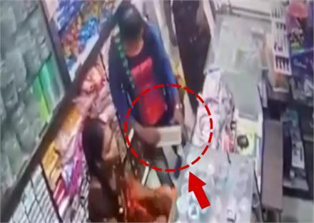 दुकानदार करता रहा सफाई: चोरनियां कर गई माल पर हाथ साफ, CCTV में कैद