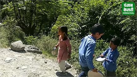 बेहतर शिक्षा देने की खुली पोल, खाने के बर्तन खुद धोने स्कूल से दूर जा रहे बच्चे