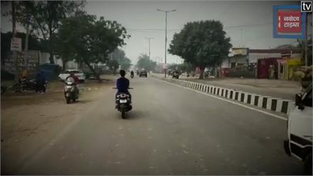 हाईवे पर बाइक सवार युवक का स्टंट करते हुए Video Viral