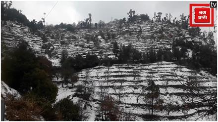 Nainital: मुक्तेश्वर-धानाचुली में बर्फ़बारी, लुत्फ़ लेने दूर-दूर से पहुंचे पर्यटक