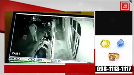 बाईक की बैटरी चुराता युवक कैमरे में कैद