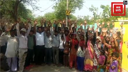 Mainpuri: हत्या मामले में न्याय न मिलने पर ग्रामीणों ने किया चुनाव का बहिष्कार