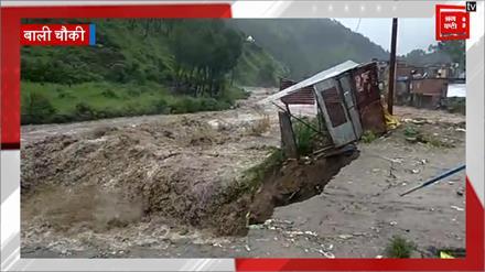 तबाही के मंज़र -1 :सड़कें बनी दरिया, तैरने लगी गाड़ियां, पुल  भी बहे