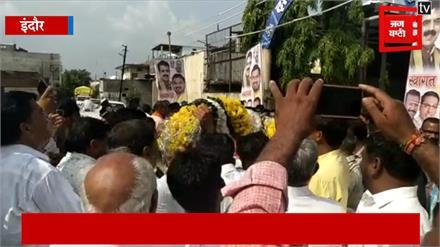 मध्यप्रदेश में राजकीय शोक, लेकिन BJP सांसद खिंचवाने में हैं मस्त