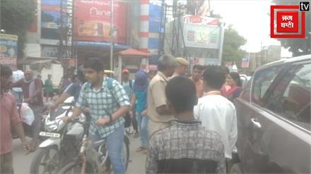 बीच सड़क पर युवक ने होमगार्ड को धमकाया, VIDEO VIRAL