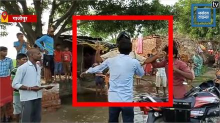 पुलिस ने चालान के बाद नहीं दी रसीद, गुस्साए युवकों ने पुलिसवालों को पानी में भिगो-भिगो कर मारा