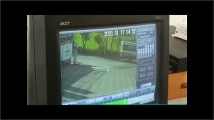 NH-21 पर कार और बस के भीषण टक्कर का CCTV फुटेज आया सामने