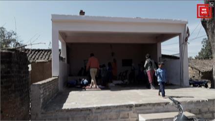 छात्रों को पढ़ने के लिए नहीं मिली स्कूल की छत, रंगमंच में लगाई जा रही क्लासें