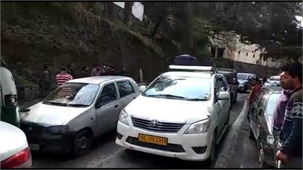 शिमला में Accident, बेमलोई के पास हुई HRTC बस और कार में टक्कर
