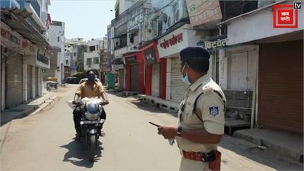 पुलिसकर्मी ने लॉकडाउन पर गाया गीत-'झटके देखना है या घर में बैठना है', वायरल हो रहा वीडियो
