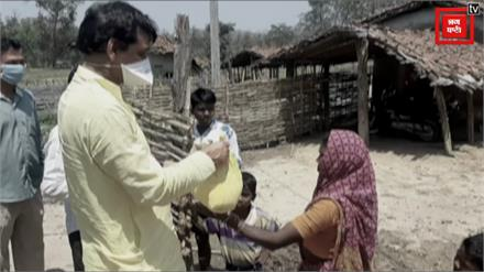 ग्रामीणों का दर्द जानने उनके घर पहुंचे पूर्व कांग्रेस विधायक, कुछ इस तरह की आदिवासियों की मदद