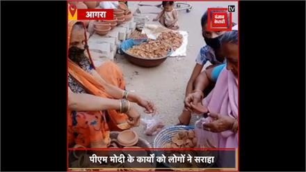 PM Modi की अपील का दिखा असर, ताजनगरी में लोगों ने की दीयों की खरीददारी