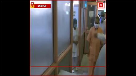 लखनऊ: सीएम योगी ने किया सिविल हॉस्पिटल का निरीक्षण, डॉक्टरों को दिए ज़रुरी निर्देश