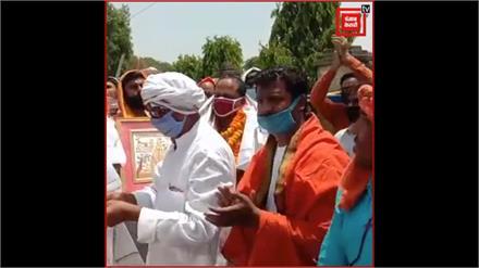 Bhadoi: सम्मान लेने के चक्कर में नियम भूली पुलिस, जमकर उड़ी सोशल डिस्टेंसिंग की धज्जियां