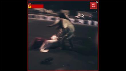 दिल्ली पुलिस की बर्बरता, बीच सड़क महिलाओं को दौड़ा-दौड़ा कर पीटा