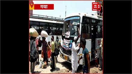 बिहार में पहली जून को ही Social distancing की उड़ी धज्जियां, बस की छत पर सवार होकर लोगों ने की यात्रा