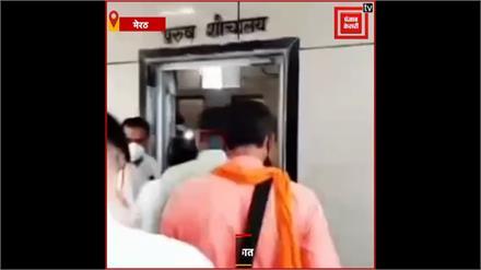 CM Yogi के मंत्री पर मंडराया कोरोना संक्रमण का खतरा, जिन मरीजों से की मुलाकात उनमें से तीन संक्रमित