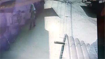 तेजी से दौड़ते आए सांडों ने स्कूटी सवार दुकानदार को कुचला, मौके पर ही तोड़ा दम, CCTV में कैद