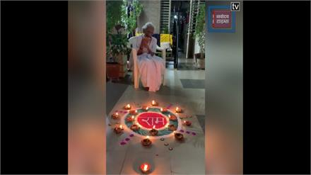 पीएम मोदी की मां हीराबेन ने दीपक जलाकर मनाई खुशी
