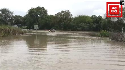 छतरपुर में भारी बारिश के बाद नदियां उफान पर, पुल पार कर रहा हाईवा नदी में बहा