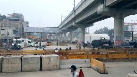 अब दिल्ली दूर नहीं ..Police ने हटाने शुरू किए बैरिकेड, 250 KM सड़क पर होगी Tractor Parade