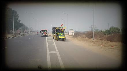 Jind के खटकड़ गांव से किसानों का Delhi कूच, परेड के लिए ट्रैक्टरों पर लगाया तिरंगा